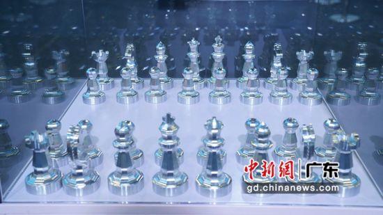 图为展出的五轴CNC一次成型的广州塔和国际象棋模型。 李纯 摄